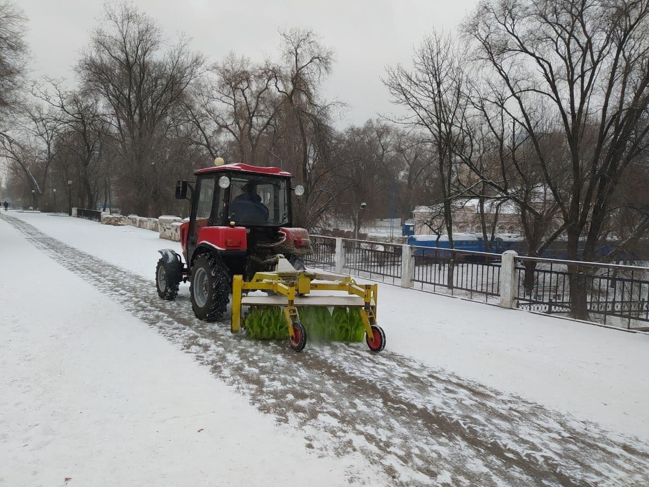 В Днепр пришёл снег: на дорогах работает спецтехника , фото-5