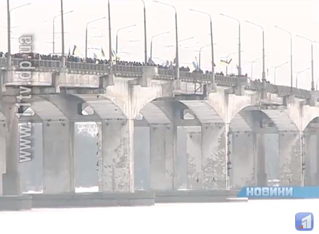 """""""Живая цепь"""" на Новом мосту, 2014 год"""
