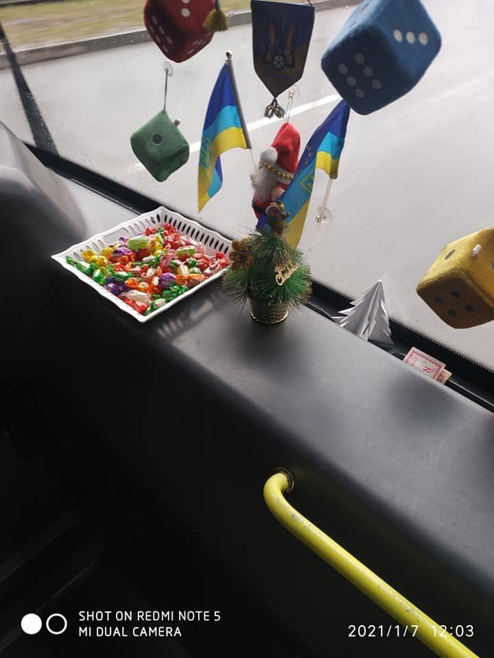 Водитель маршрута №95 угощает пассажиров конфетами