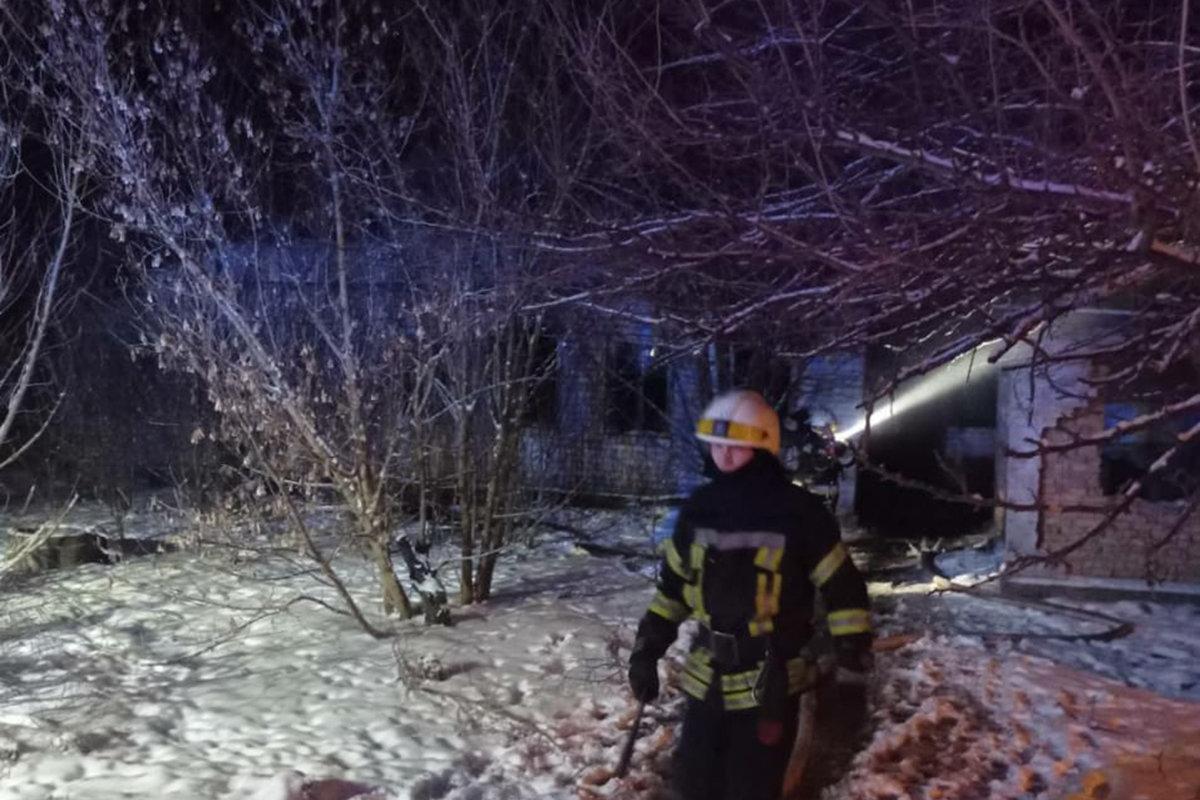 В Днепре сгорел заброшенный дом: погибли трое человек, - ФОТО, фото-1