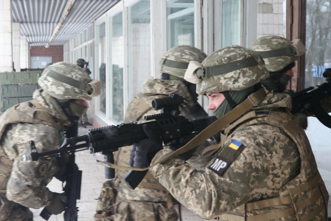 На Днепропетровщине военные освободили заложников, отбили штурм и задержали воров, - ФОТО, фото-4