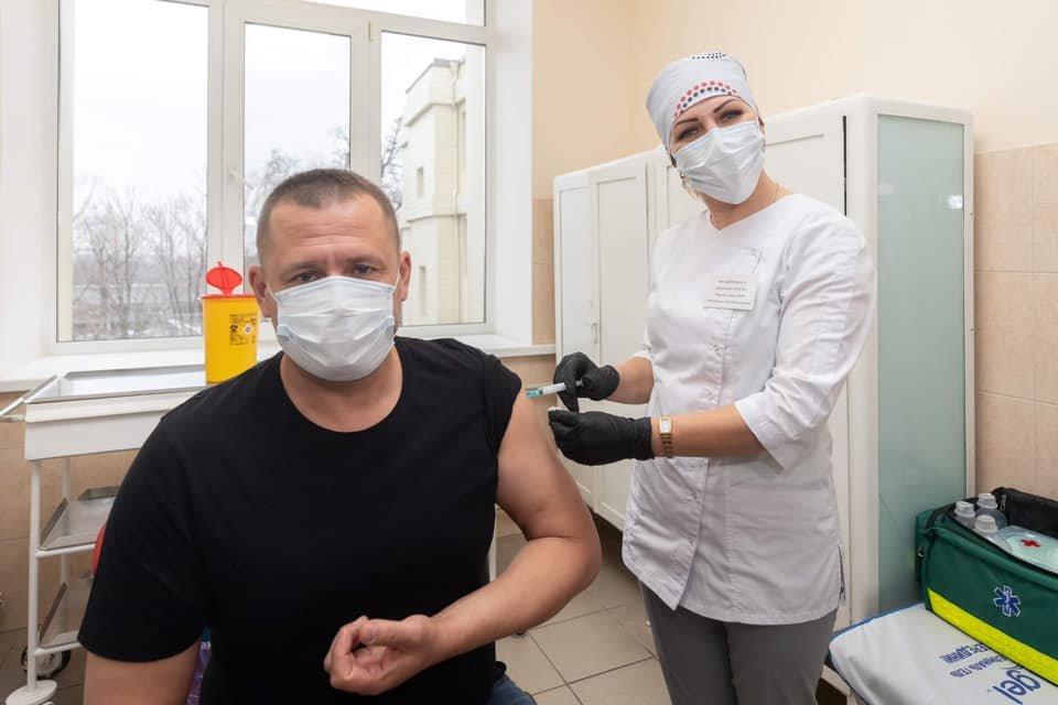 """""""Всем не болеть"""", - мэр Днепра публично вакцинировался от коронавируса, фото-1"""