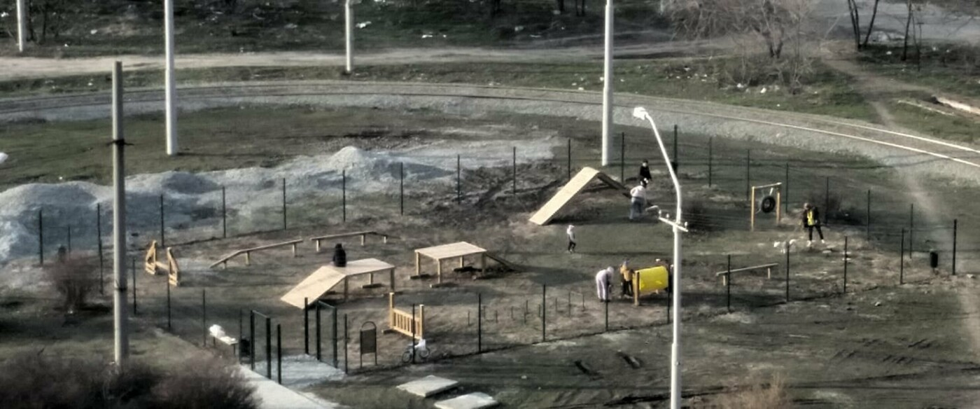 Скандал в Днепре: родители водят детей гулять на собачью площадку, фото-1