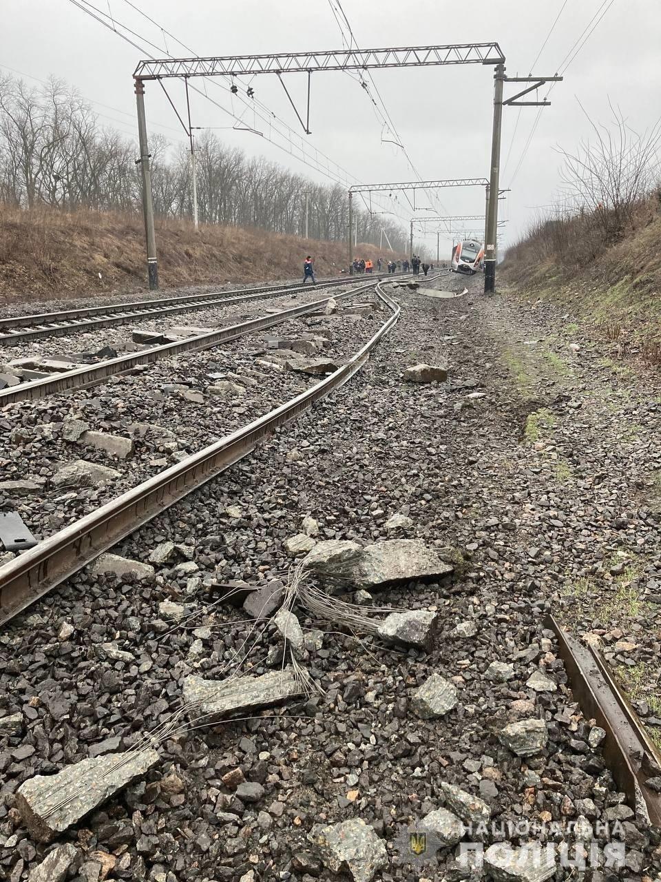 """Движение поездов Днепр-Запорожье полностью восстановили: """"Интерсити"""" вытащили из кювета, фото-1"""