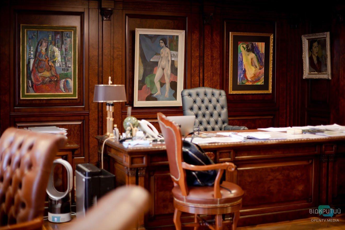 Эротические фигурки и военные артефакты: Геннадий Корбан показал свой рабочий кабинет, фото-2