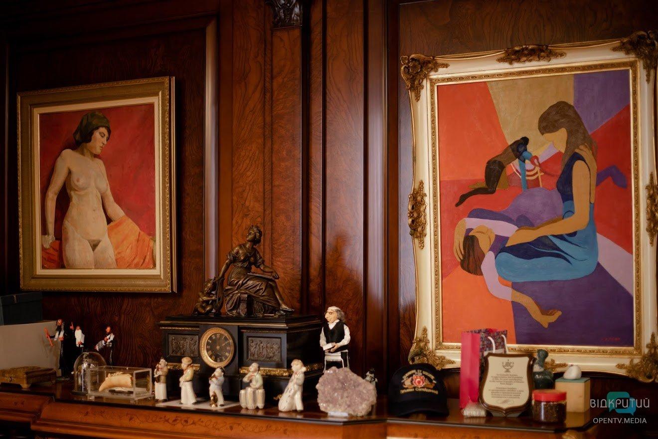 Эротические фигурки и военные артефакты: Геннадий Корбан показал свой рабочий кабинет, фото-3