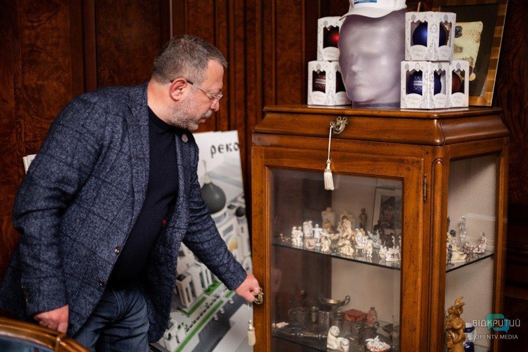 Эротические фигурки и военные артефакты: Геннадий Корбан показал свой рабочий кабинет, фото-5