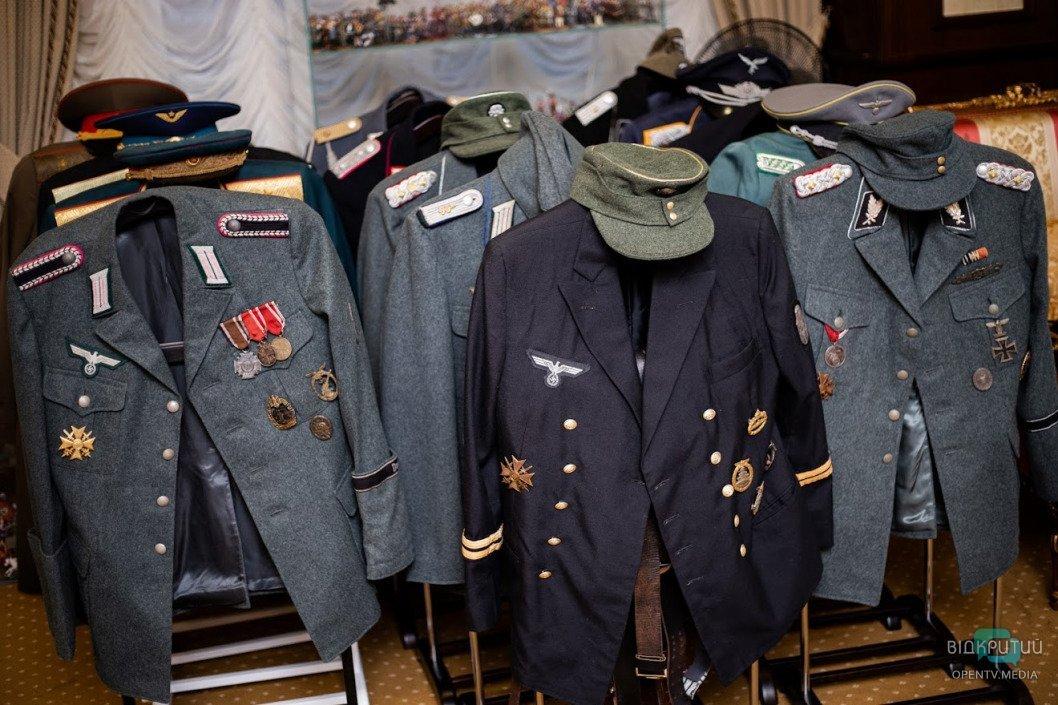 Эротические фигурки и военные артефакты: Геннадий Корбан показал свой рабочий кабинет, фото-7