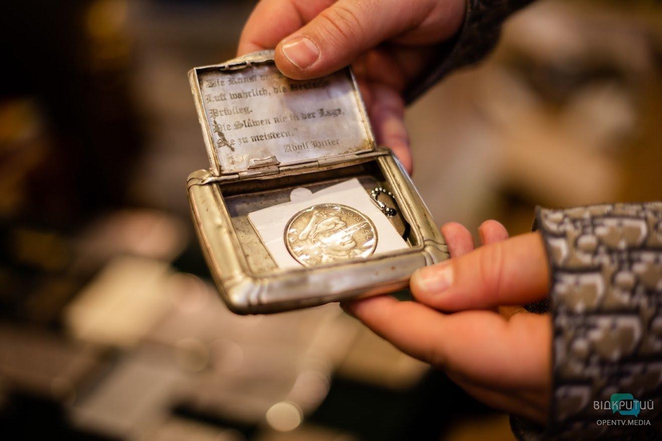 Эротические фигурки и военные артефакты: Геннадий Корбан показал свой рабочий кабинет, фото-8