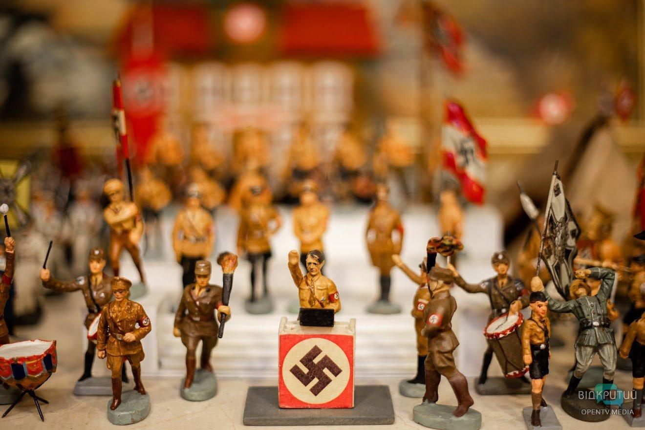 Эротические фигурки и военные артефакты: Геннадий Корбан показал свой рабочий кабинет, фото-12