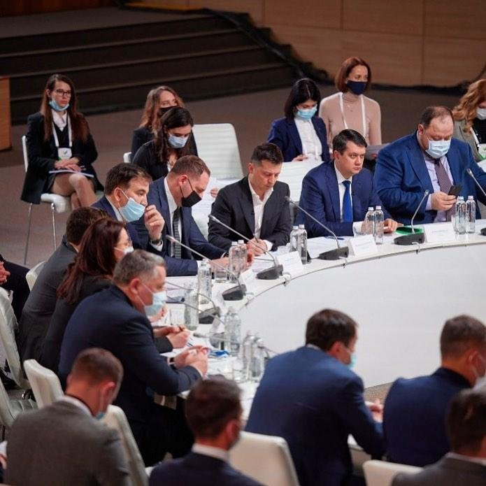 Сидела полуголой на моcту Днепра, теперь - на стуле возле президента Украины, фото-3
