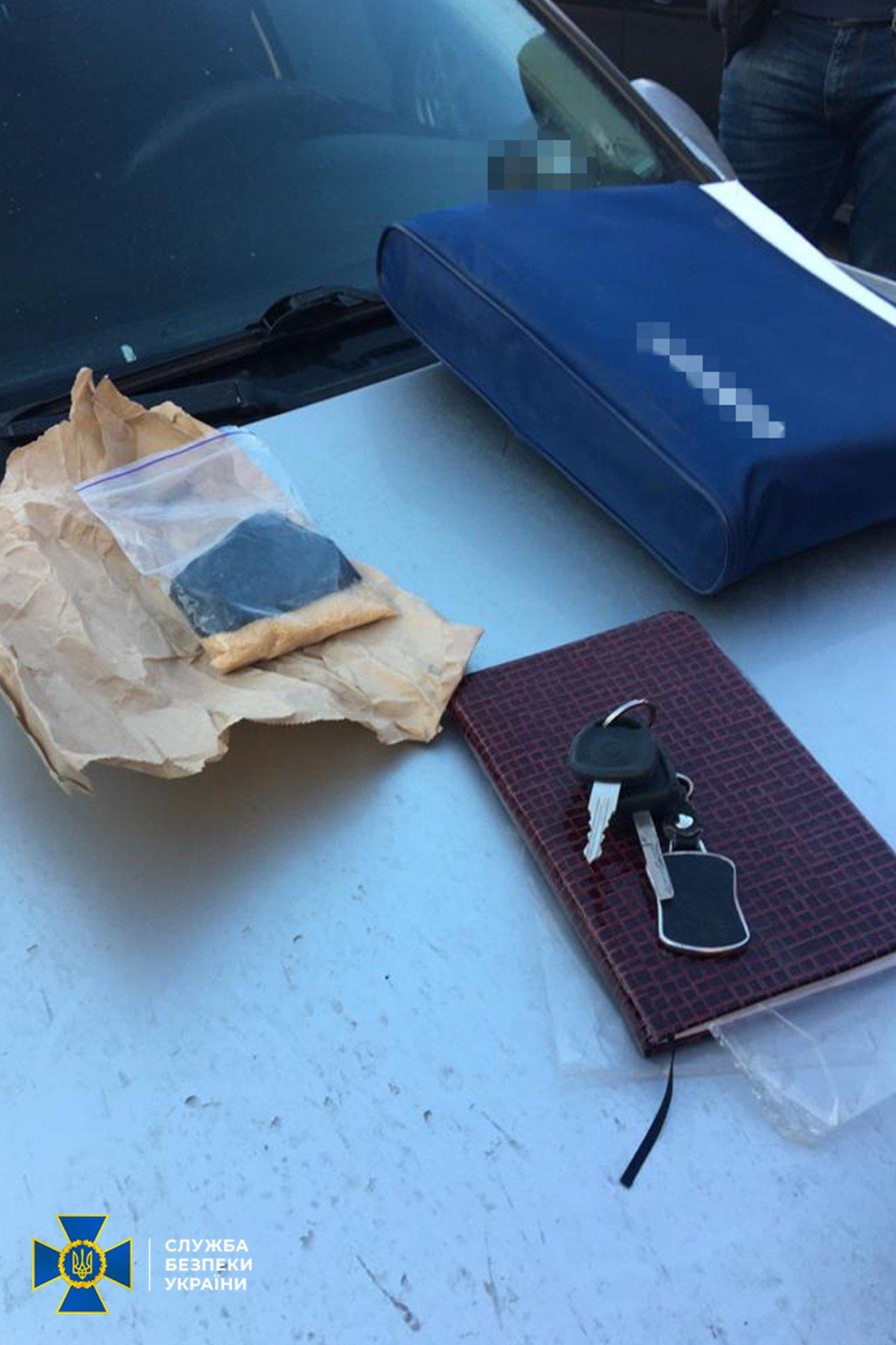 На Днепропетровщине полицейские распространяли наркотики, а потом шантажировали клиентов, фото-2