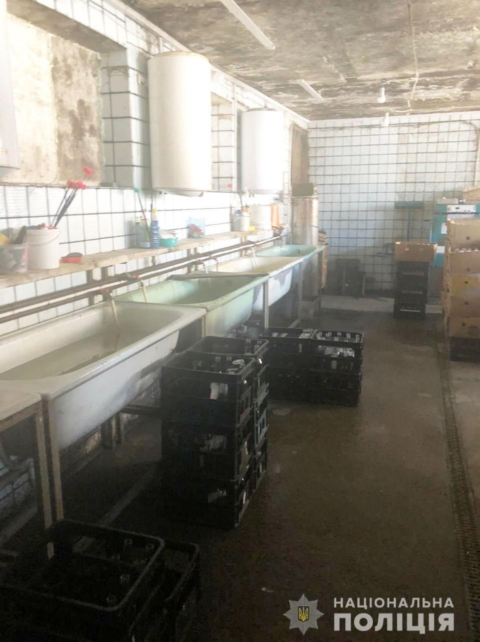 Под Днепром полицейские накрыли подпольную фирму, где делали фальшивый алкоголь и сигареты, фото-7