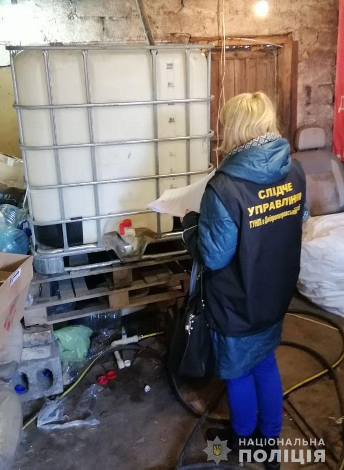 Под Днепром полицейские накрыли подпольную фирму, где делали фальшивый алкоголь и сигареты, фото-6