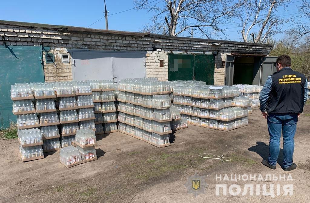 Под Днепром полицейские накрыли подпольную фирму, где делали фальшивый алкоголь и сигареты, фото-1