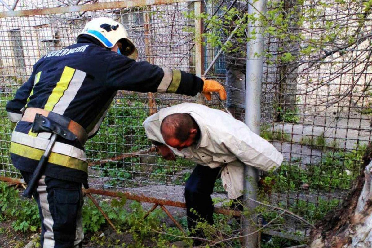 Под Днепром мужчина застрял в заборе: его вырезали спасатели, - ФОТО, фото-1