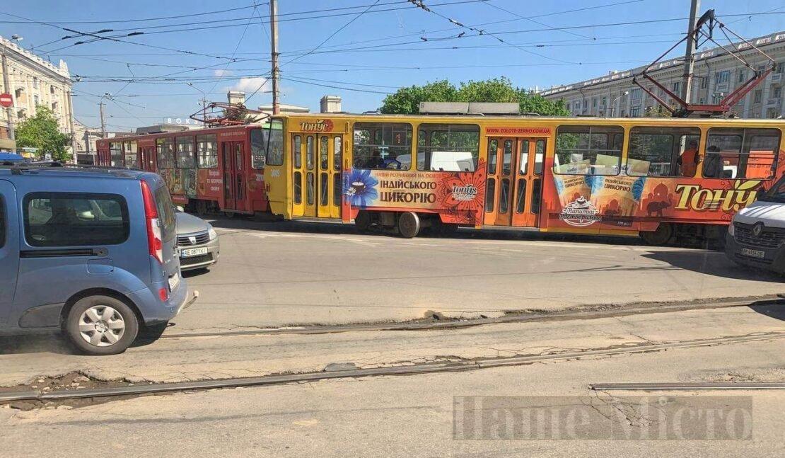 В Днепре трамвай №1 сошел с рельсов возле вокзала: образовалась большая пробка, фото-1