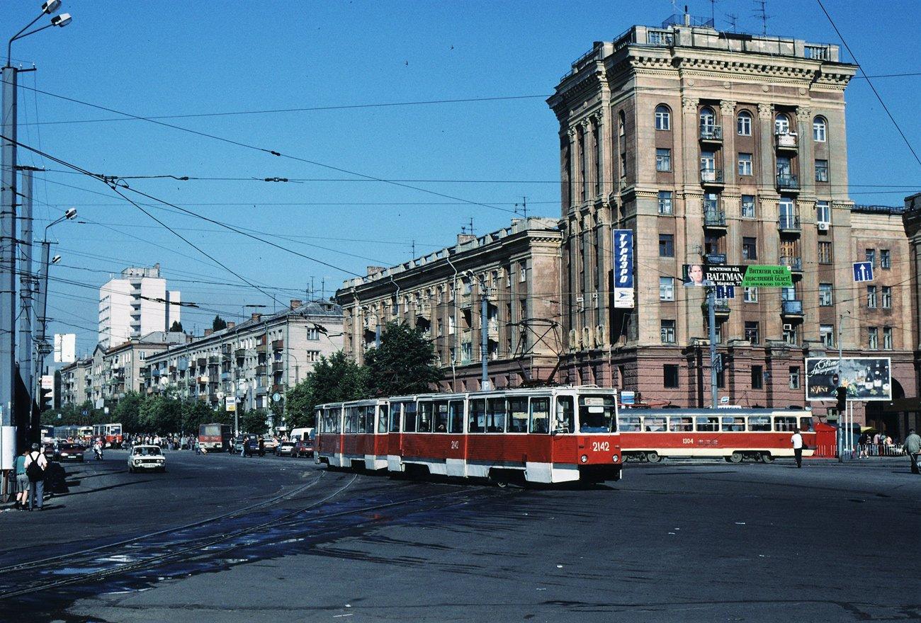 """""""Гармошки"""", ЛАЗы и """"квадратные"""" трамваи: на чем ездили днепряне в лихие 90-е, - ФОТО, фото-1"""