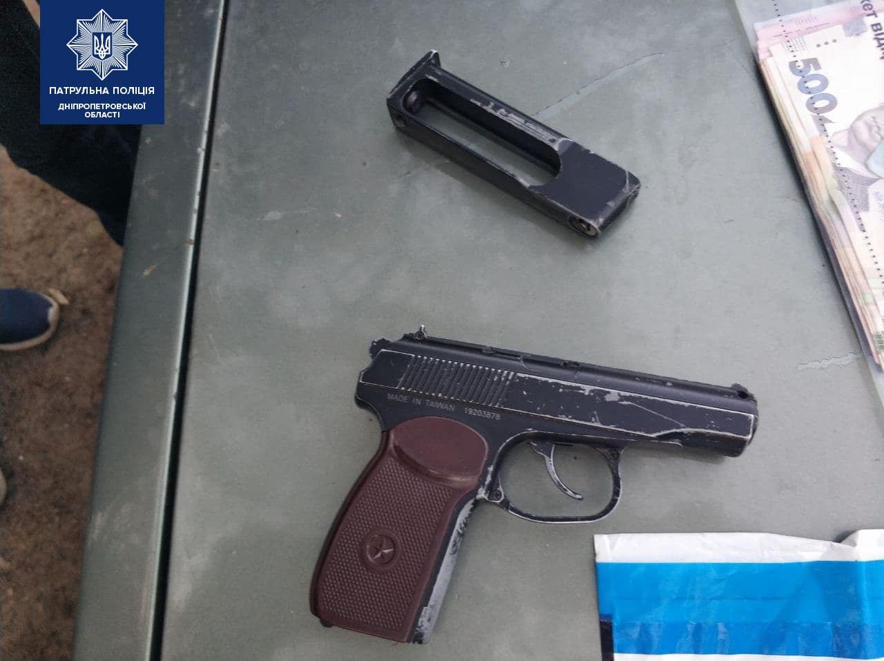 В Днепре вооруженный мужчина ворвался в дом, избил и ограбил людей: подробности, фото-2