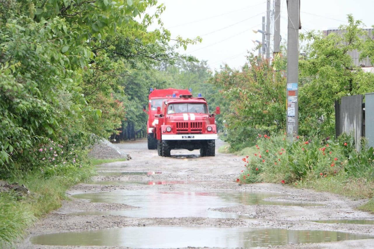 Поваленные деревья, затопленные дома и проспекты: в Днепре спасатели противостоят стихии, фото-3