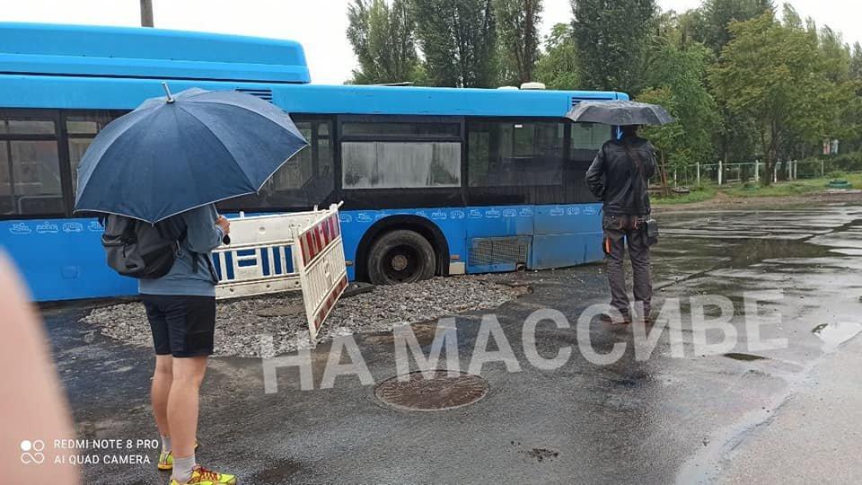 """В Днепре автобус провалился в """"затопленный"""" люк, - ФОТО, фото-1"""
