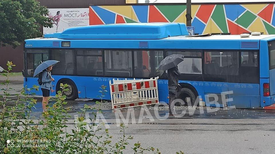 """В Днепре автобус провалился в """"затопленный"""" люк, - ФОТО, фото-2"""