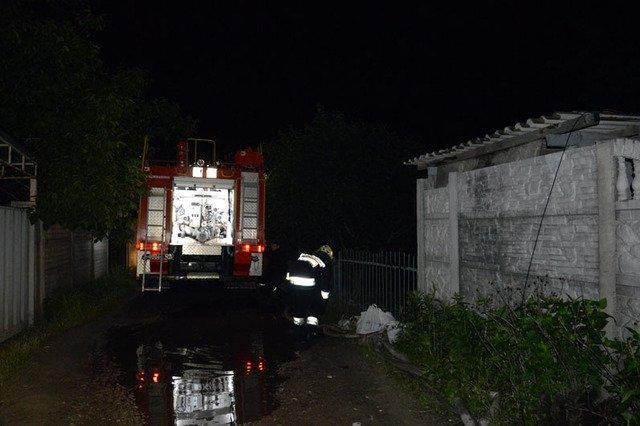 В Днепре сгорала дача, которую тушили три пожарных машины, - ФОТО, ВИДЕО, фото-1
