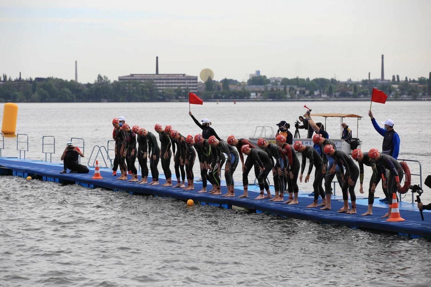 Плывут, едут, бегут: на перекрытой набережной в Днепре проходят международные соревнования по триатлону, фото-1