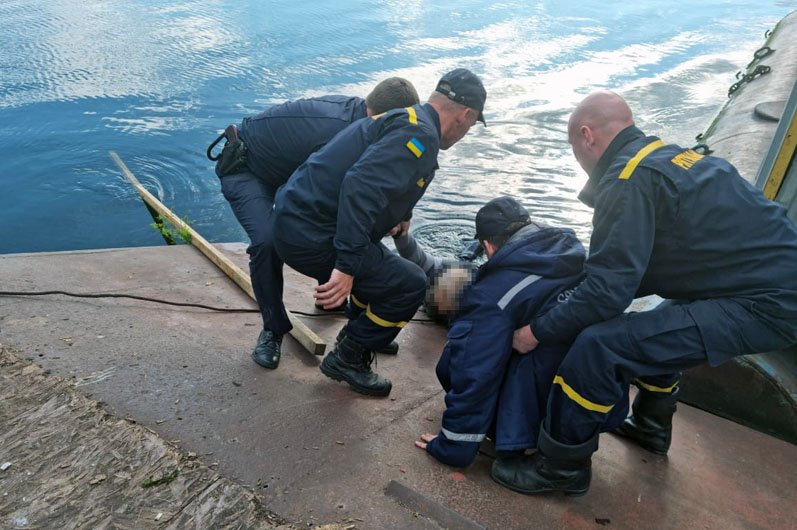 На Днепропетровщине чрезвычайники вытащили из речки тонущего рыбака, фото-1