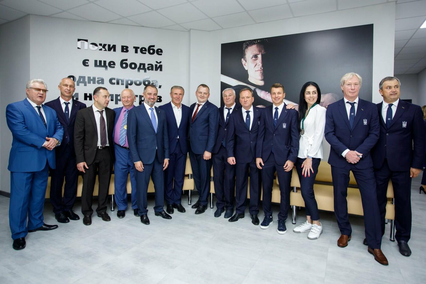 В Днепре Владимиру Зеленскому подарили форму сборной Украины по футболу, фото-1