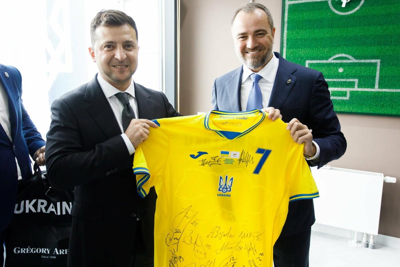 В Днепре Владимиру Зеленскому подарили форму сборной Украины по футболу, фото-3
