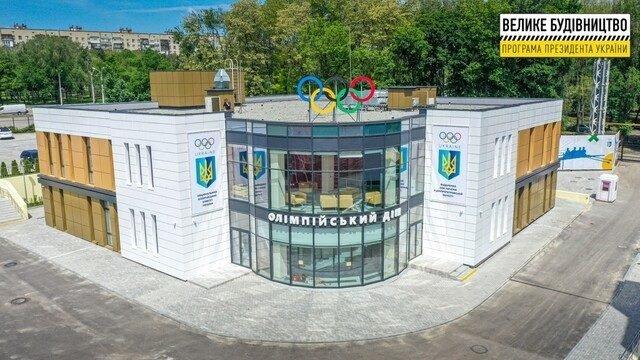 В Днепре Владимиру Зеленскому подарили форму сборной Украины по футболу, фото-2