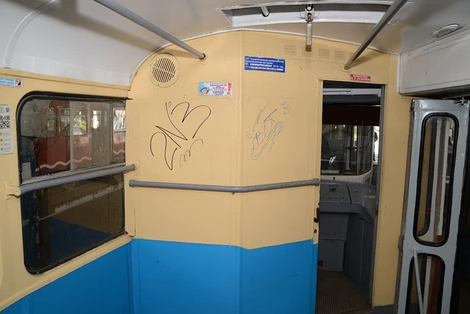 "Разбитые окна трамваев и граффити: вандалы Днепра ""наследили"" на 8 миллионов, фото-1"
