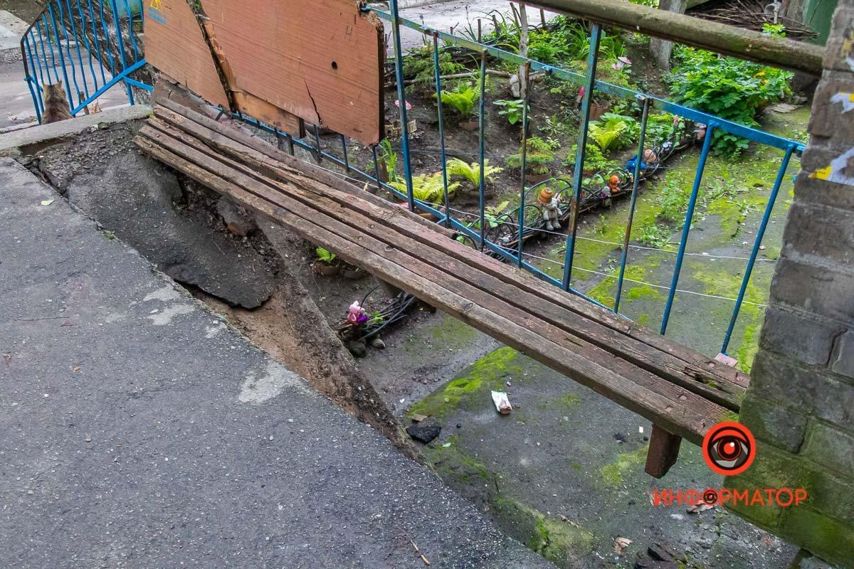Не хотели платить и упали: в Днепре вместе с пенсионерами обвалилась часть входа в подъезд , фото-1