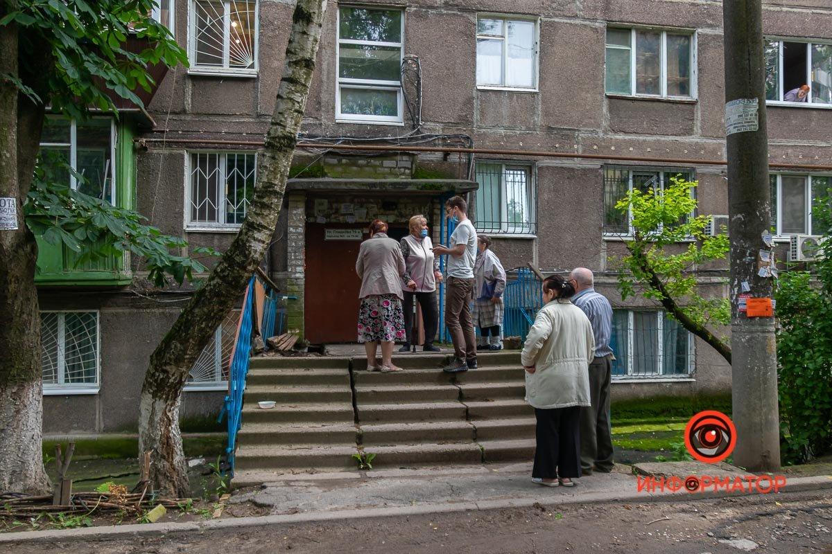 Не хотели платить и упали: в Днепре вместе с пенсионерами обвалилась часть входа в подъезд , фото-3