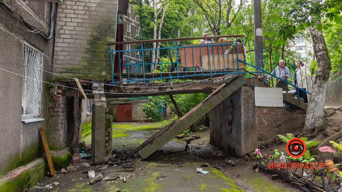 Не хотели платить и упали: в Днепре вместе с пенсионерами обвалилась часть входа в подъезд , фото-2