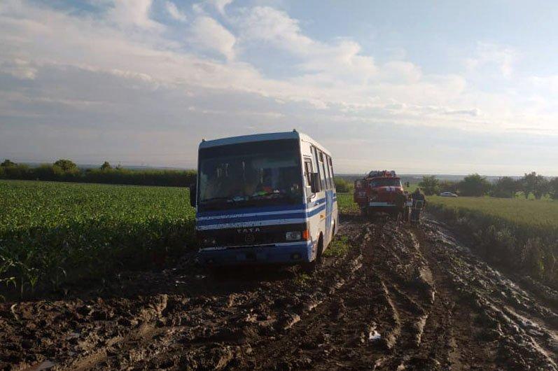 Грязь и месиво: на трассах Днепропетровской области застряли 8 машин, фото-1