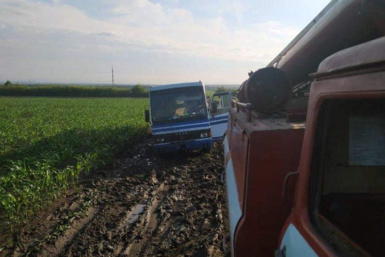 Грязь и месиво: на трассах Днепропетровской области застряли 8 машин, фото-4