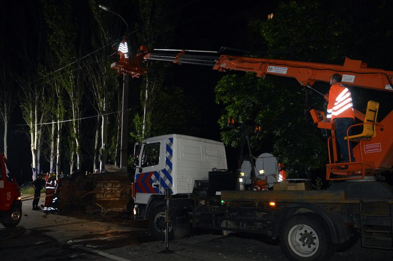 В Днепре на Набережной Subaru влетел в столб: пострадавших из груды металла вырезали спасатели, фото-1