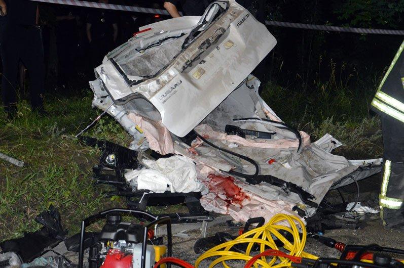 В Днепре на Набережной Subaru влетел в столб: пострадавших из груды металла вырезали спасатели, фото-2
