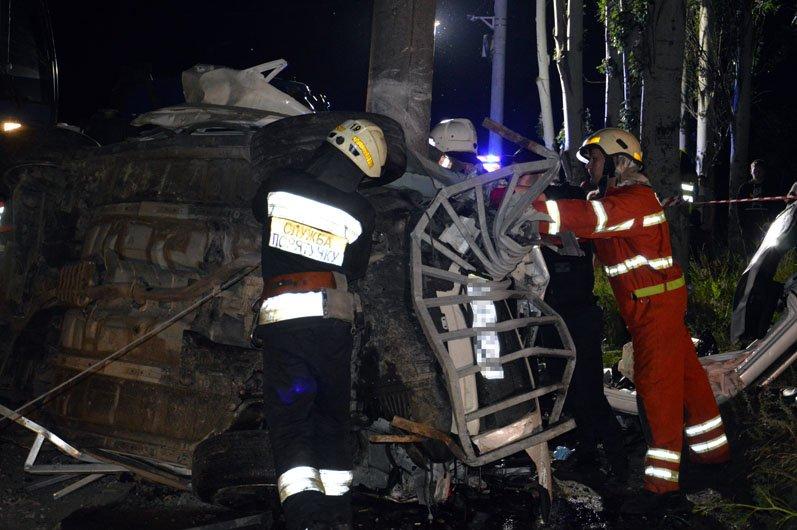 В Днепре на Набережной Subaru влетел в столб: пострадавших из груды металла вырезали спасатели, фото-3