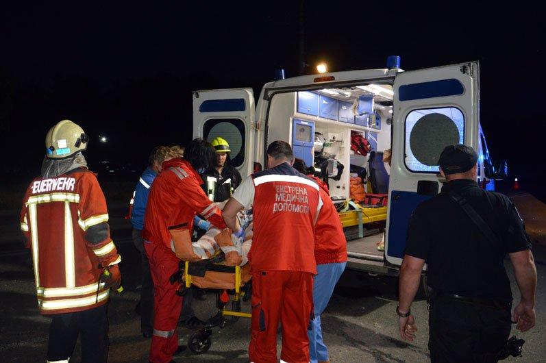 В Днепре на Набережной Subaru влетел в столб: пострадавших из груды металла вырезали спасатели, фото-4