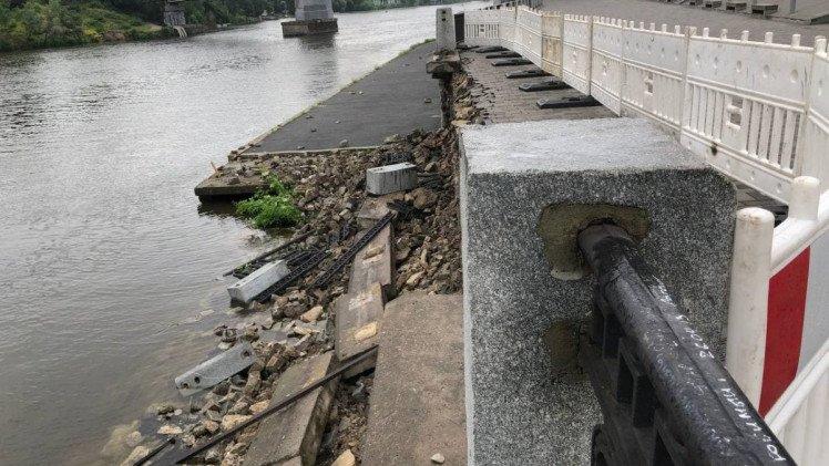 Дніпро у воді: набережна міста продовжує розмиватись