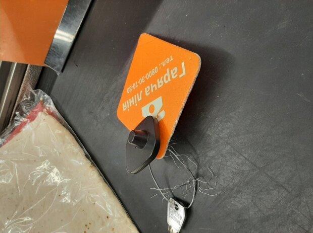 Колючий провод торчит из ящика: в популярном супермаркете Днепра чуть не поранился покупатель  , фото-1