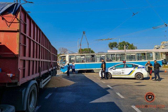 В Днепре недалеко от речпорта зерновоз столкнулся с трамваем: есть пострадавшие, фото-2