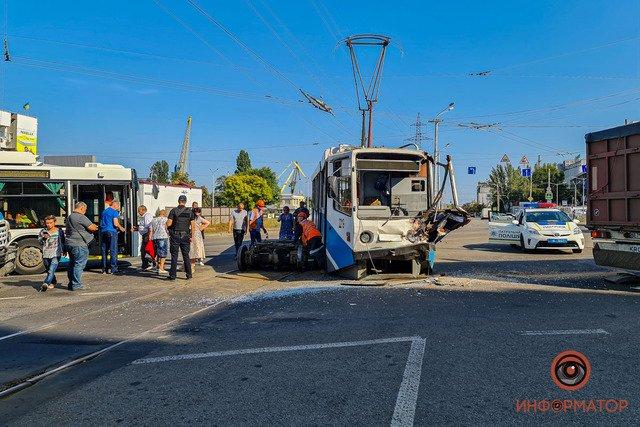 В Днепре недалеко от речпорта зерновоз столкнулся с трамваем: есть пострадавшие, фото-3