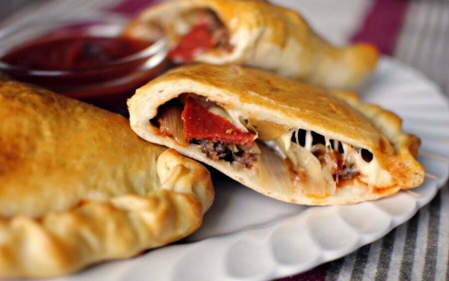 """Пицца приготовленная в духовке """"Кальцоне"""""""