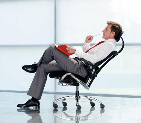 человек сидит на компьютерном кресле